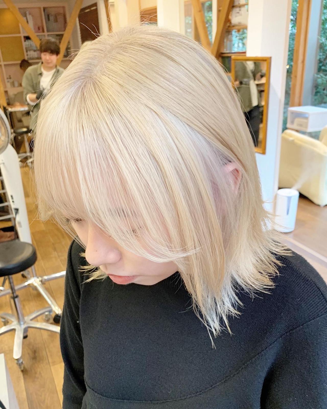 ミディアム ハイトーン ホワイトカラー ストリート ヘアスタイルや髪型の写真・画像