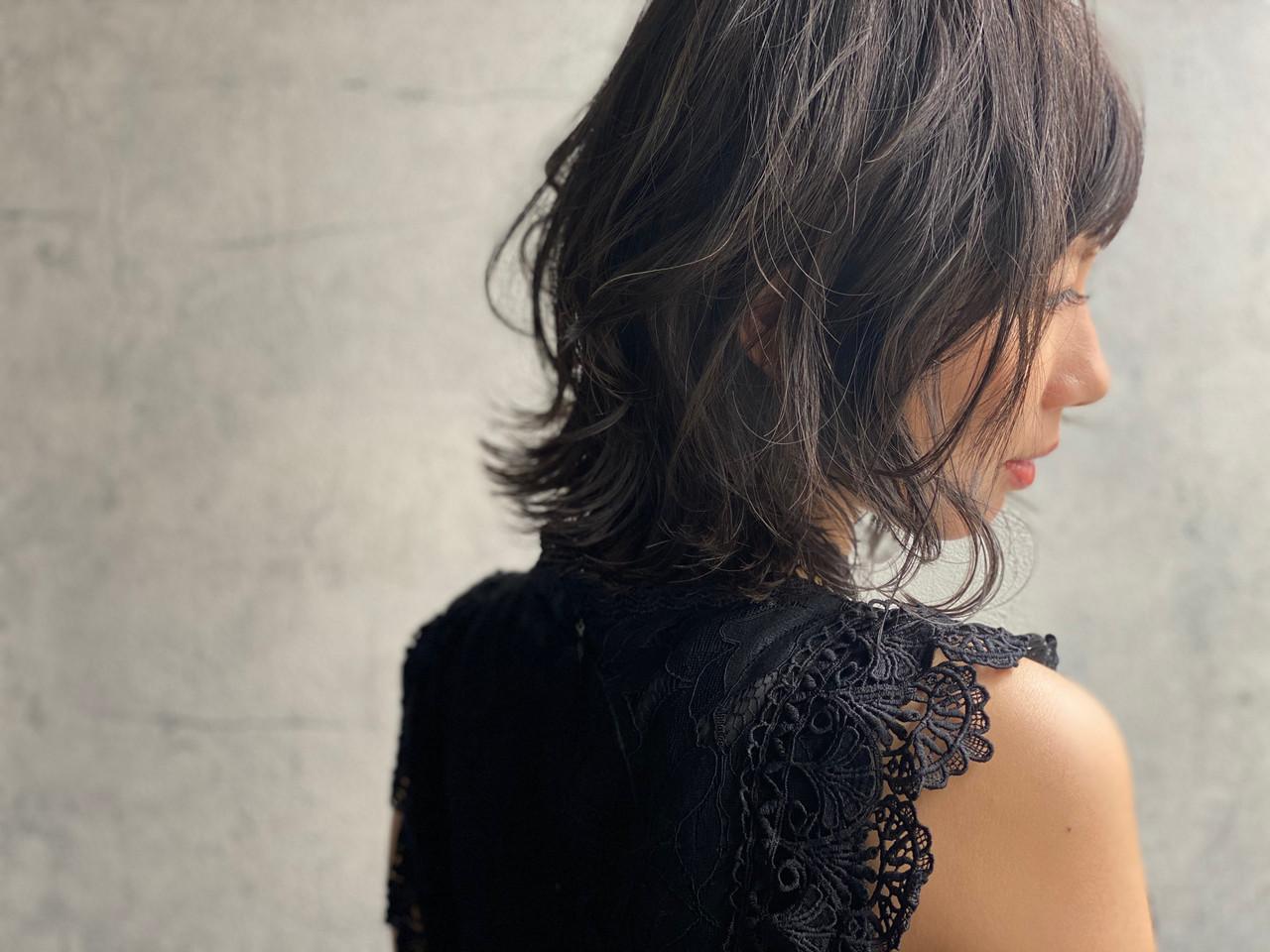 グレージュ アッシュグレージュ アンニュイほつれヘア ナチュラル ヘアスタイルや髪型の写真・画像