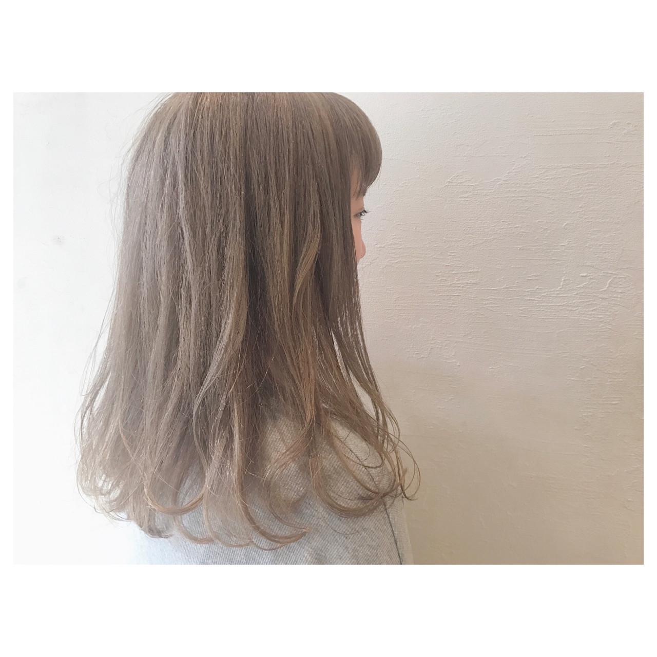 グレージュ ハイトーン ゆるふわ フェミニン ヘアスタイルや髪型の写真・画像   落合 瞳 / freelance