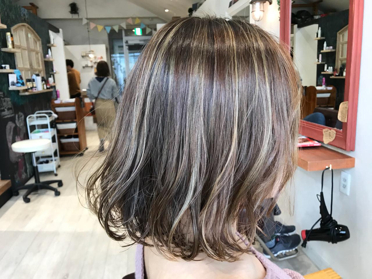グレージュ バレイヤージュ アッシュグレージュ フェミニン ヘアスタイルや髪型の写真・画像