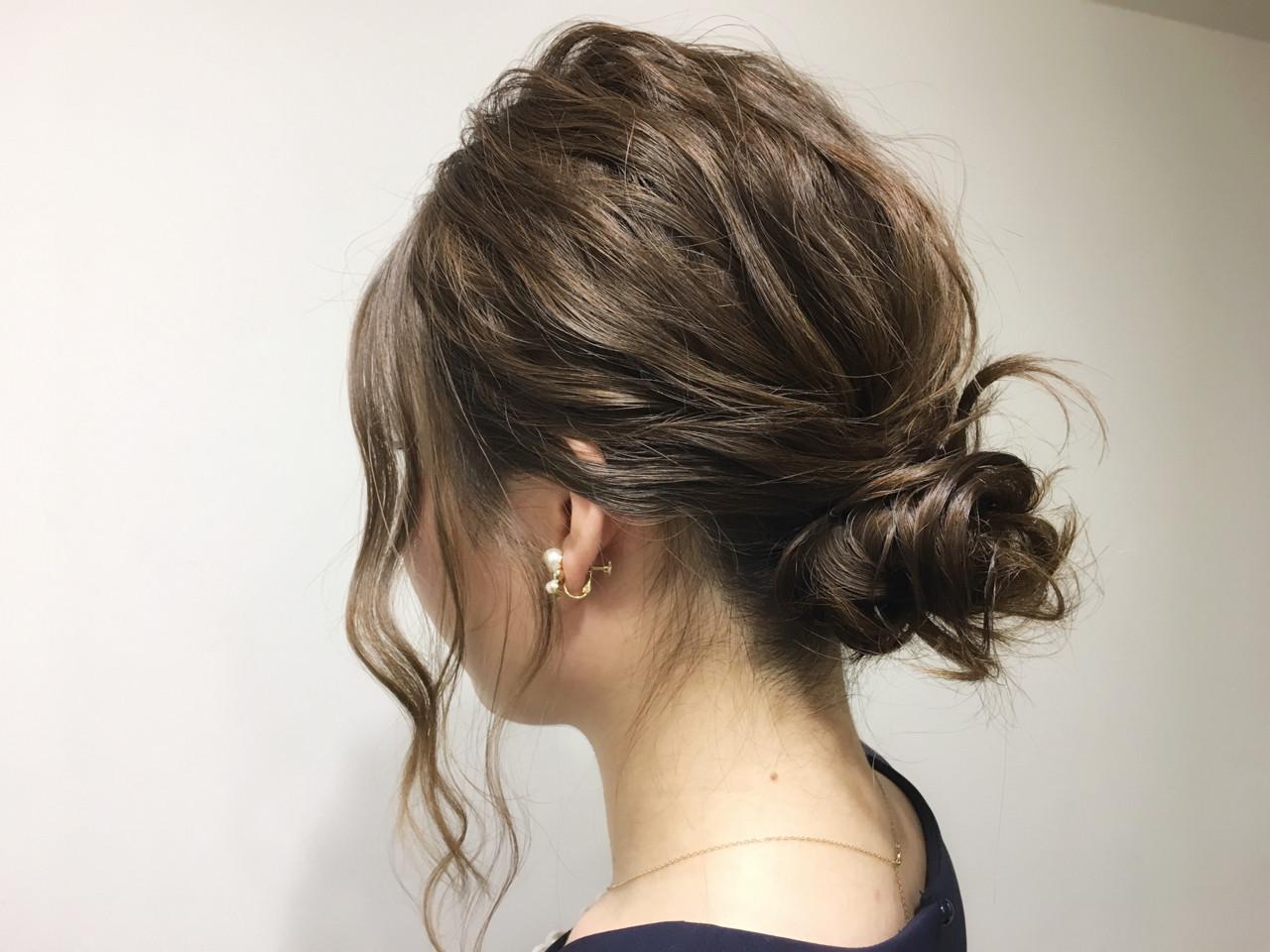 簡単ショートヘアアレンジはバリエ無限大♡短い髪でもデキる! 山﨑 礼仁/ allys hair 心斎橋OPA①トップ、サイドの髪の毛は軽く巻いてくせをつけておきます②バランスを見て下の方で後ろ髪をまとめます③トップとサイドの毛をルーズにまとめます④後ろのゴムが丸見えの場合、つけ毛を巻き付けなじませます計算されたルーズヘアでパーティーの主役に。髪の長さでバックのアレンジも変えてみてくださいね。