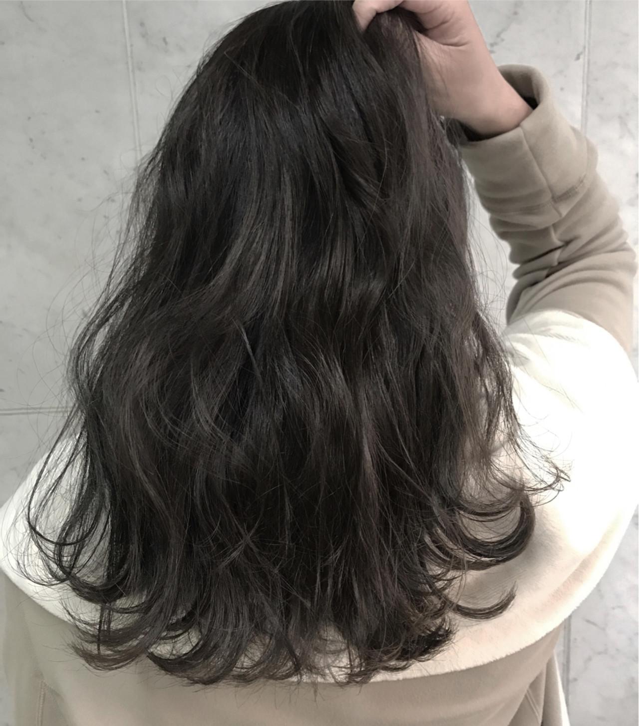 セミロング フェミニン アッシュ グレージュ ヘアスタイルや髪型の写真・画像