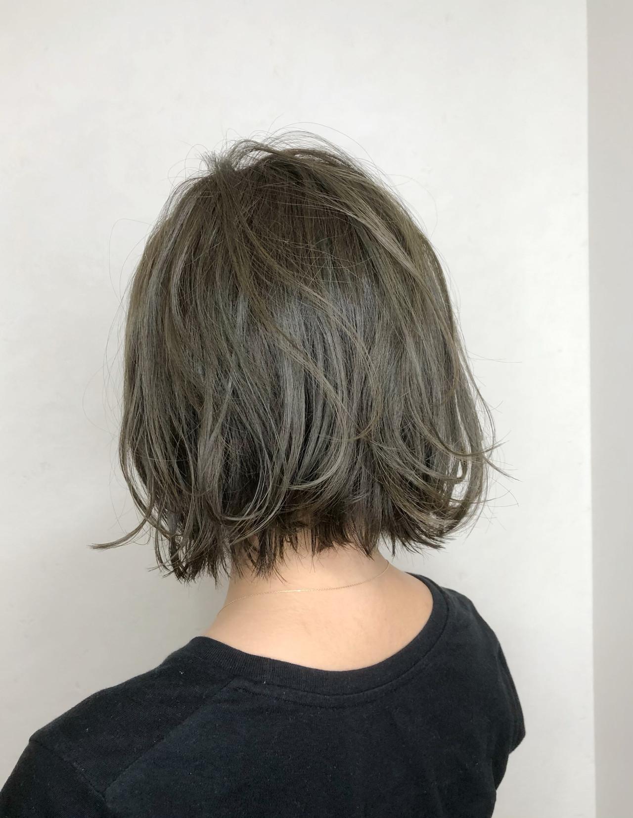 小顔ショート グレージュ アッシュグレージュ ストリート ヘアスタイルや髪型の写真・画像