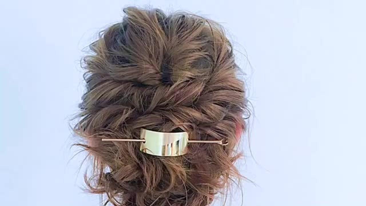 簡単ショートヘアアレンジはバリエ無限大♡短い髪でもデキる! 美容師 HIRO/ Amoute/アムティ①長さにもよりますが、後ろの下のほうの髪をまとめます②後ろに向かって耳上の毛束をねじってとめます③サイドの毛束をねじって後ろでとめます④マジェステなどヘアアクセで仕上げますショートヘアもねじりテクでアップスタイルが可能に。後ろの髪が短い場合はおろしたままでも。細かくパートを分けてねじっていくとやりやすいかもしれません。