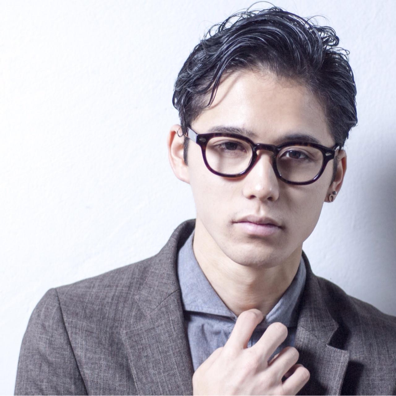 メガネをかけたイケメン男性