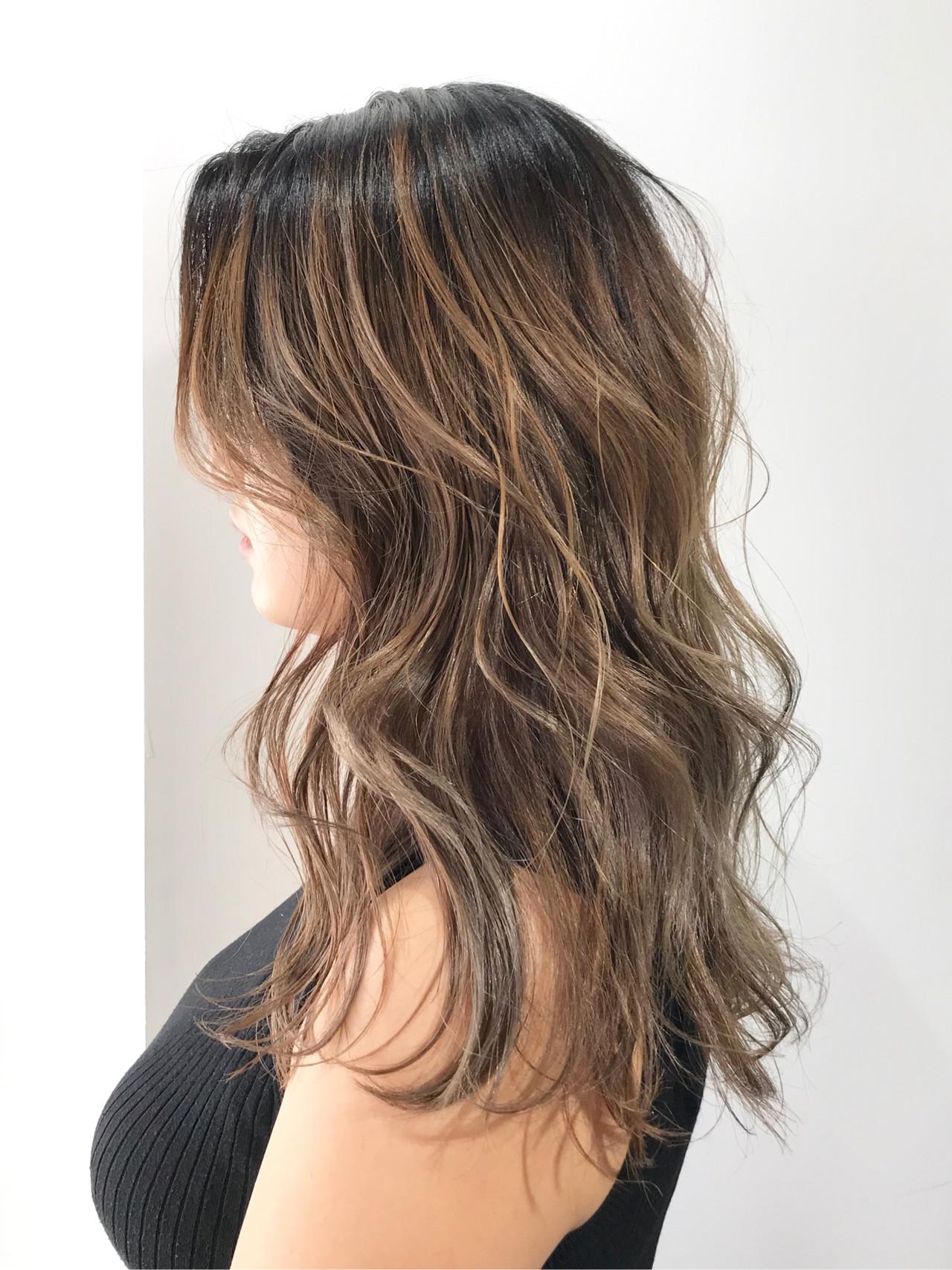 グレージュ ブリーチカラー レイヤーカット セミロング ヘアスタイルや髪型の写真・画像
