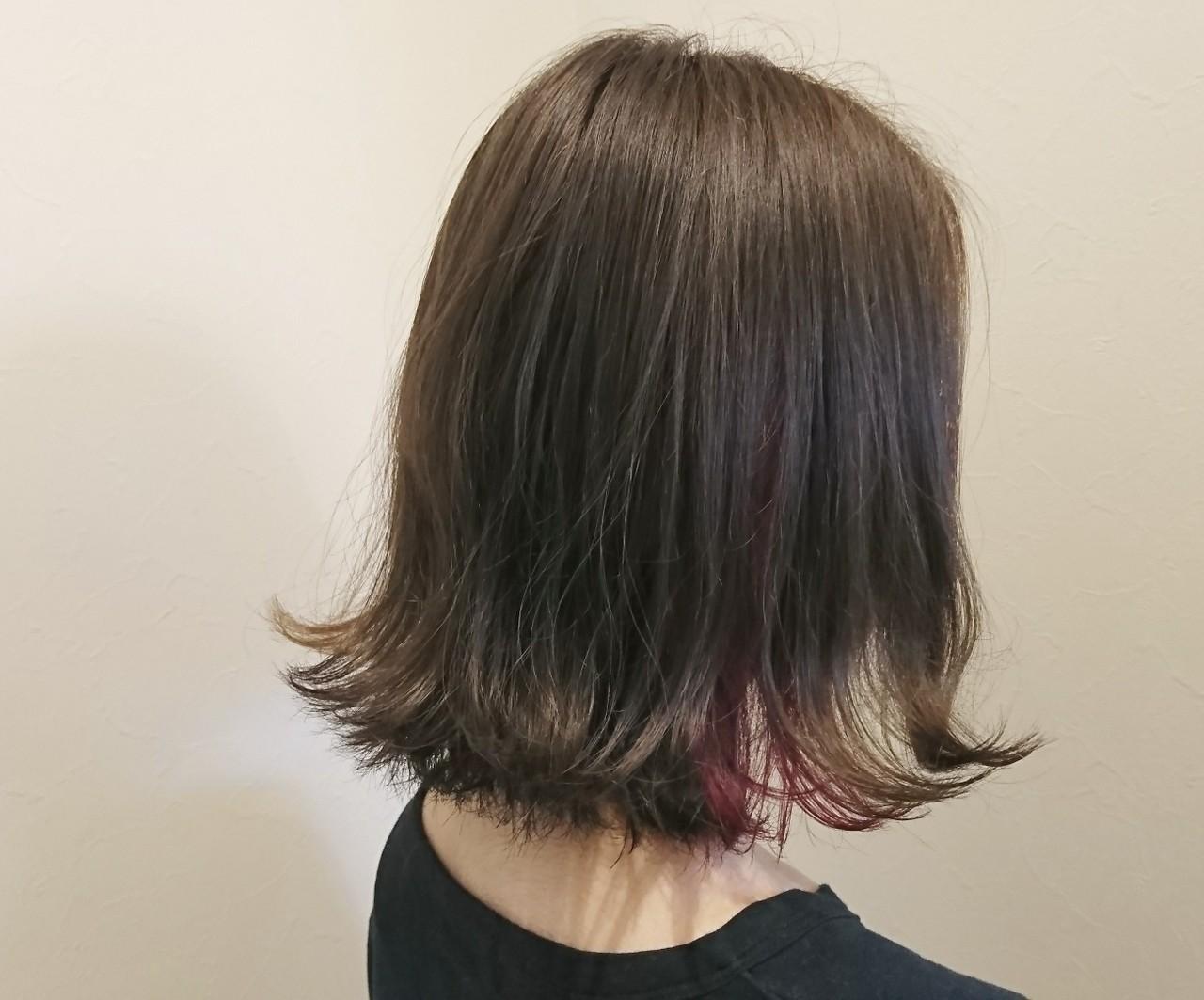 ☆ベースカラーはスモーキーグレーで日本人特有の赤味を消して柔らかな髪質感を ☆耳周りに入れたインナーカラーのピンクがポイントのお洒落ヘアー