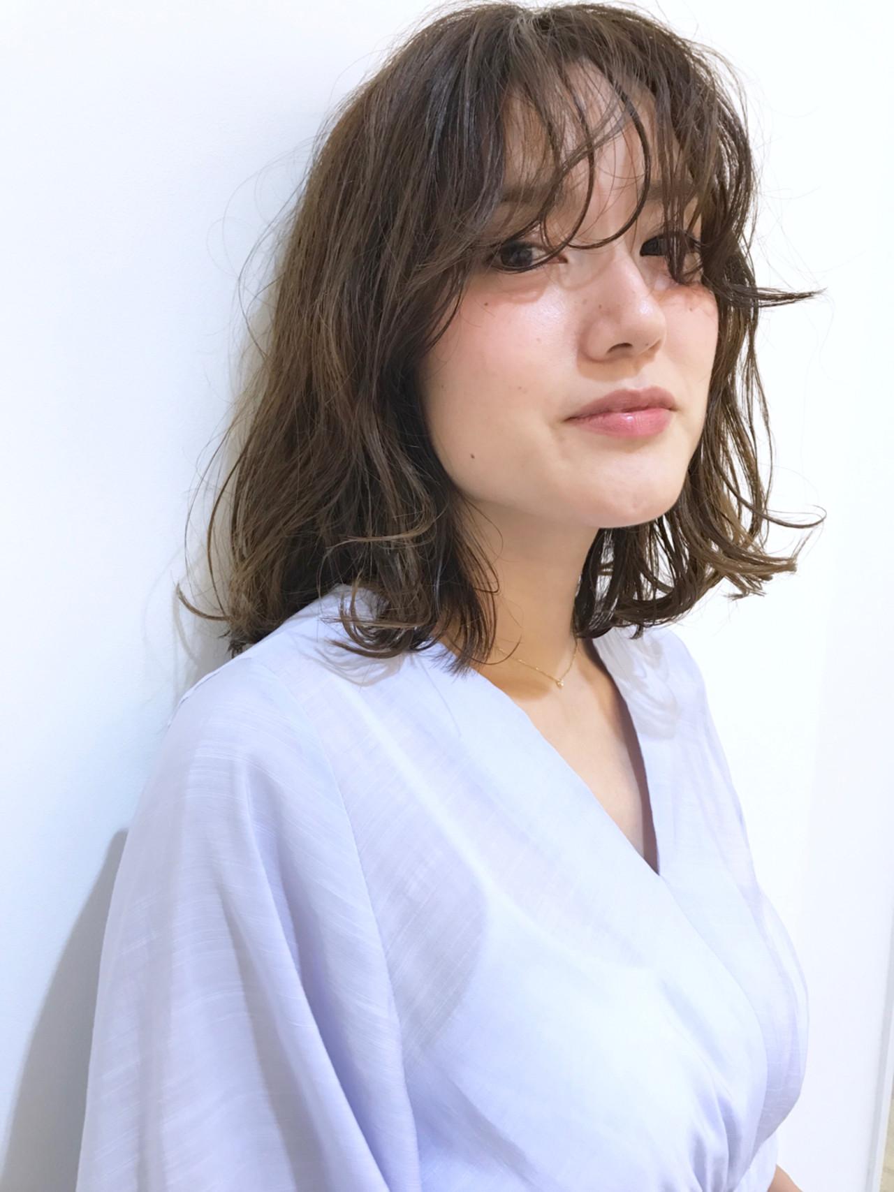 アンニュイ ミディアム ウェーブ ハイライト ヘアスタイルや髪型の写真・画像
