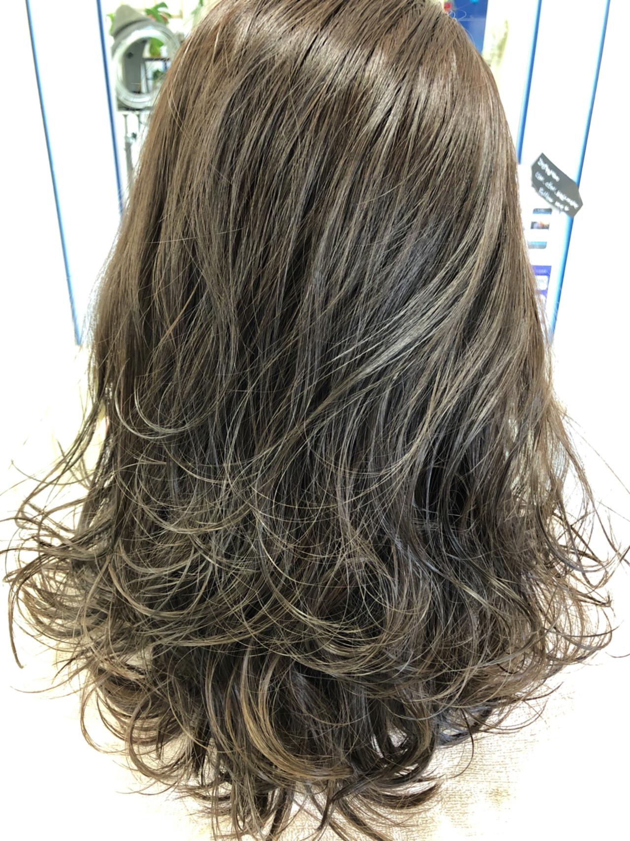 フェミニン グレージュ アッシュ グレー ヘアスタイルや髪型の写真・画像