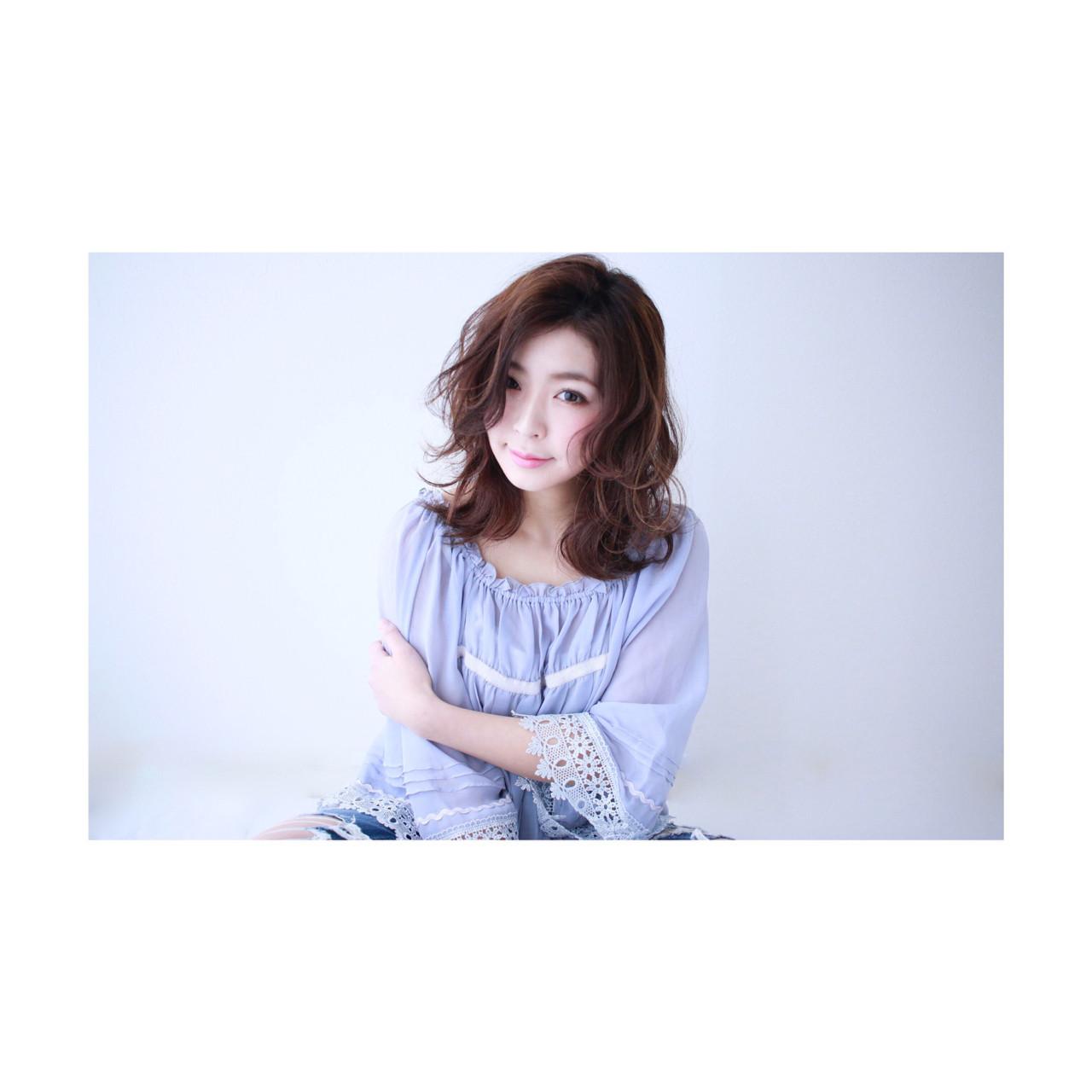 ミディアム ナチュラル 外国人風 波ウェーブ ヘアスタイルや髪型の写真・画像 | seikan / vifkrone hair&beauty