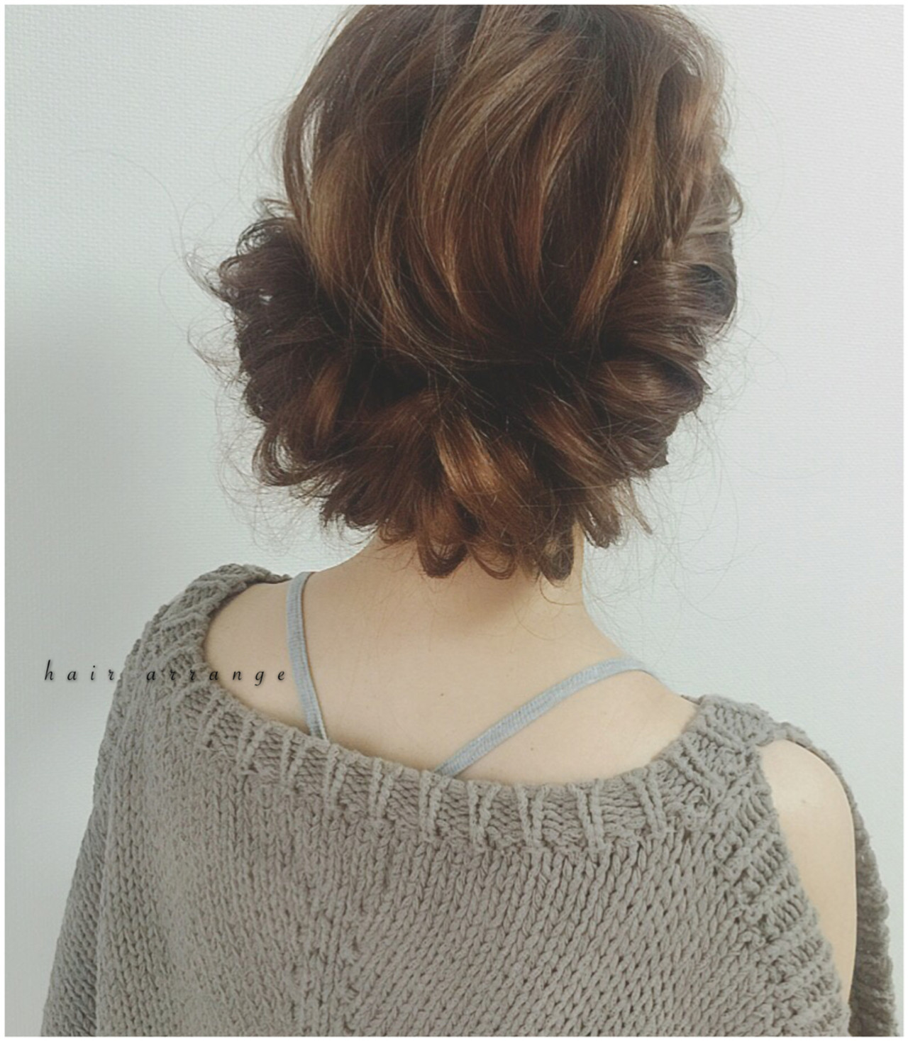 ギブソンタック。  顔周りの髪の毛をフィッシュボーン。 両サイドのフィッシュボーンを 襟足でヘアゴムで束ねる。 襟足の髪の毛をフィッシュボーンのところに 通してピンで固定する。
