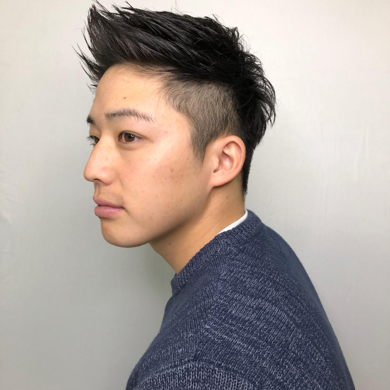 前髪を立ち上げたヘアスタイルのイケメン男性