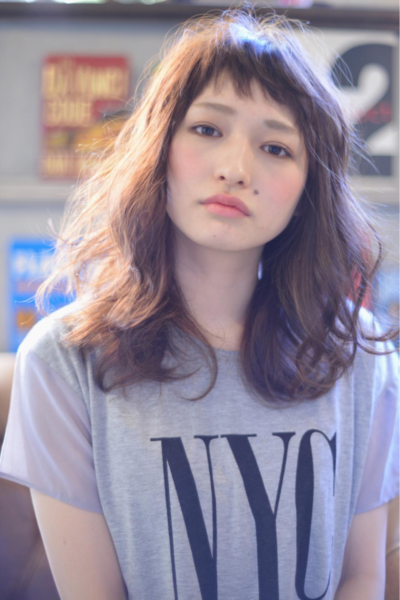 ミディアム 斜め前髪 グレージュ ゆるふわ ヘアスタイルや髪型の写真・画像