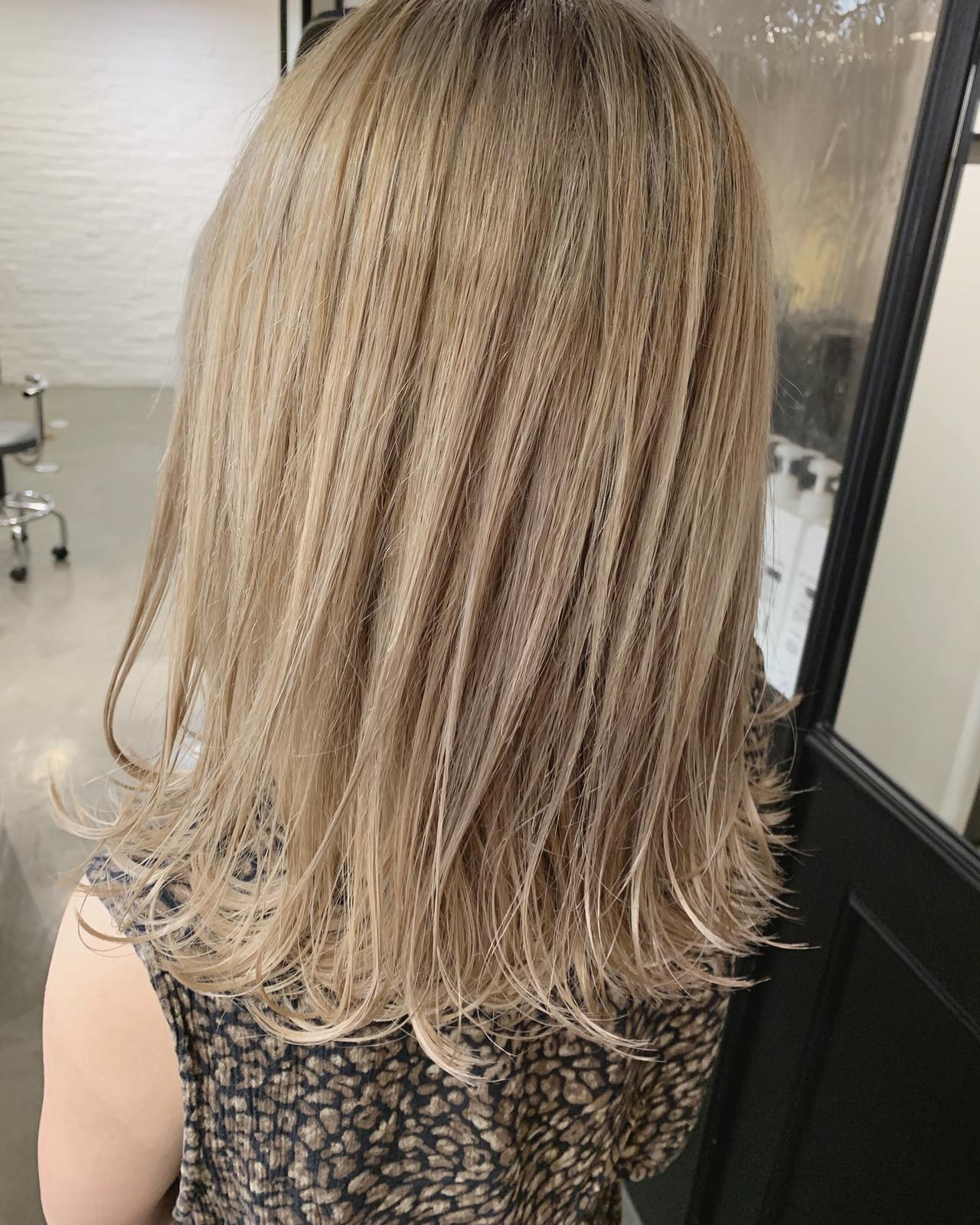 ブリーチカラー ミディアム ミルクティーベージュ ミルクティーブラウン ヘアスタイルや髪型の写真・画像