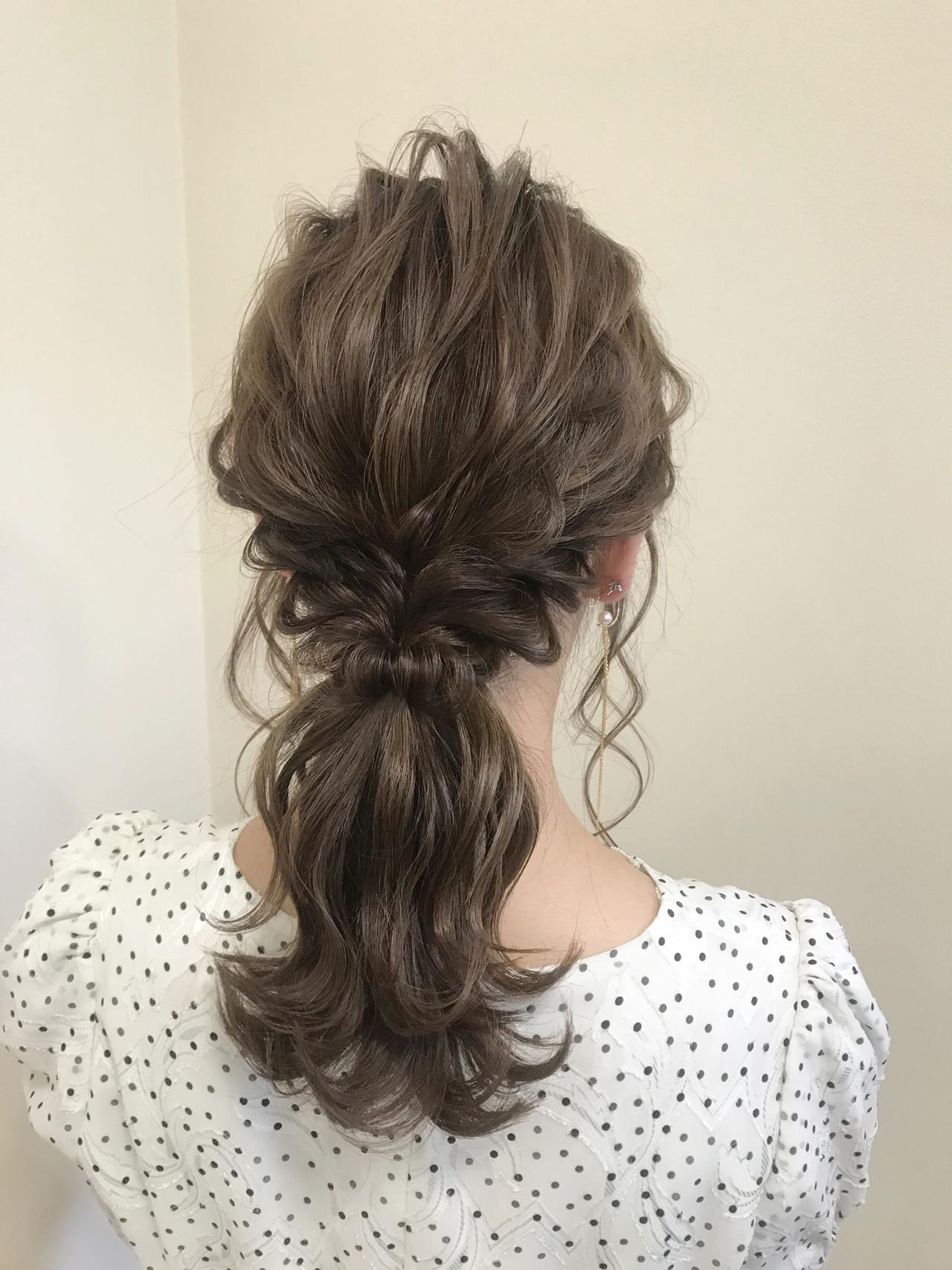 ローポニーテール ポニーテールアレンジ セミロング 波巻き ヘアスタイルや髪型の写真・画像