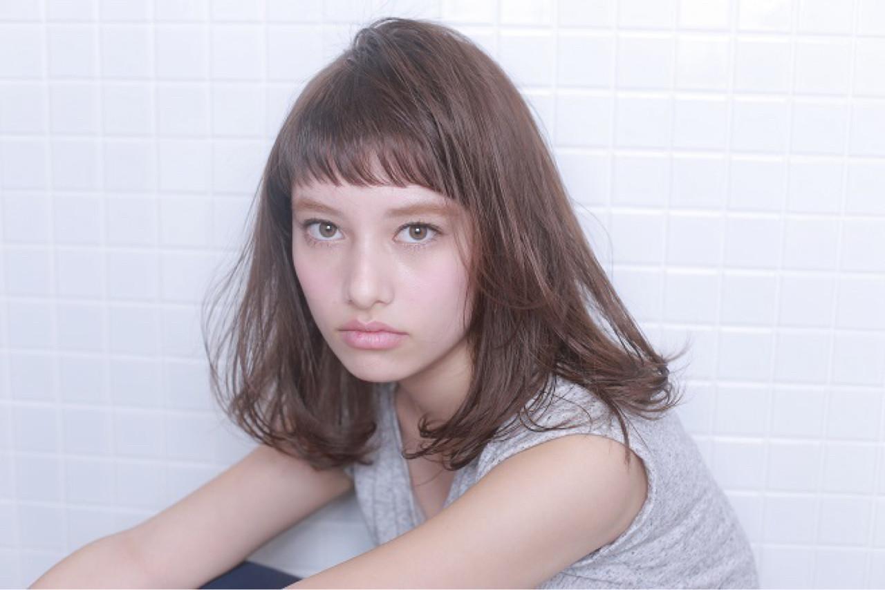 セミロング シースルーバング 透明感 アッシュ ヘアスタイルや髪型の写真・画像
