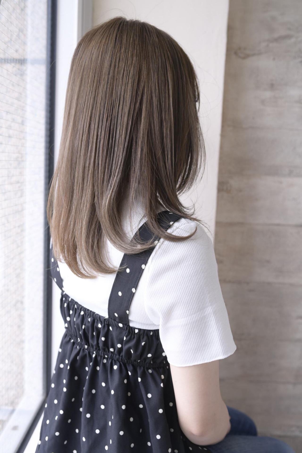 グレージュ セミロング アッシュグレージュ 内巻き ヘアスタイルや髪型の写真・画像