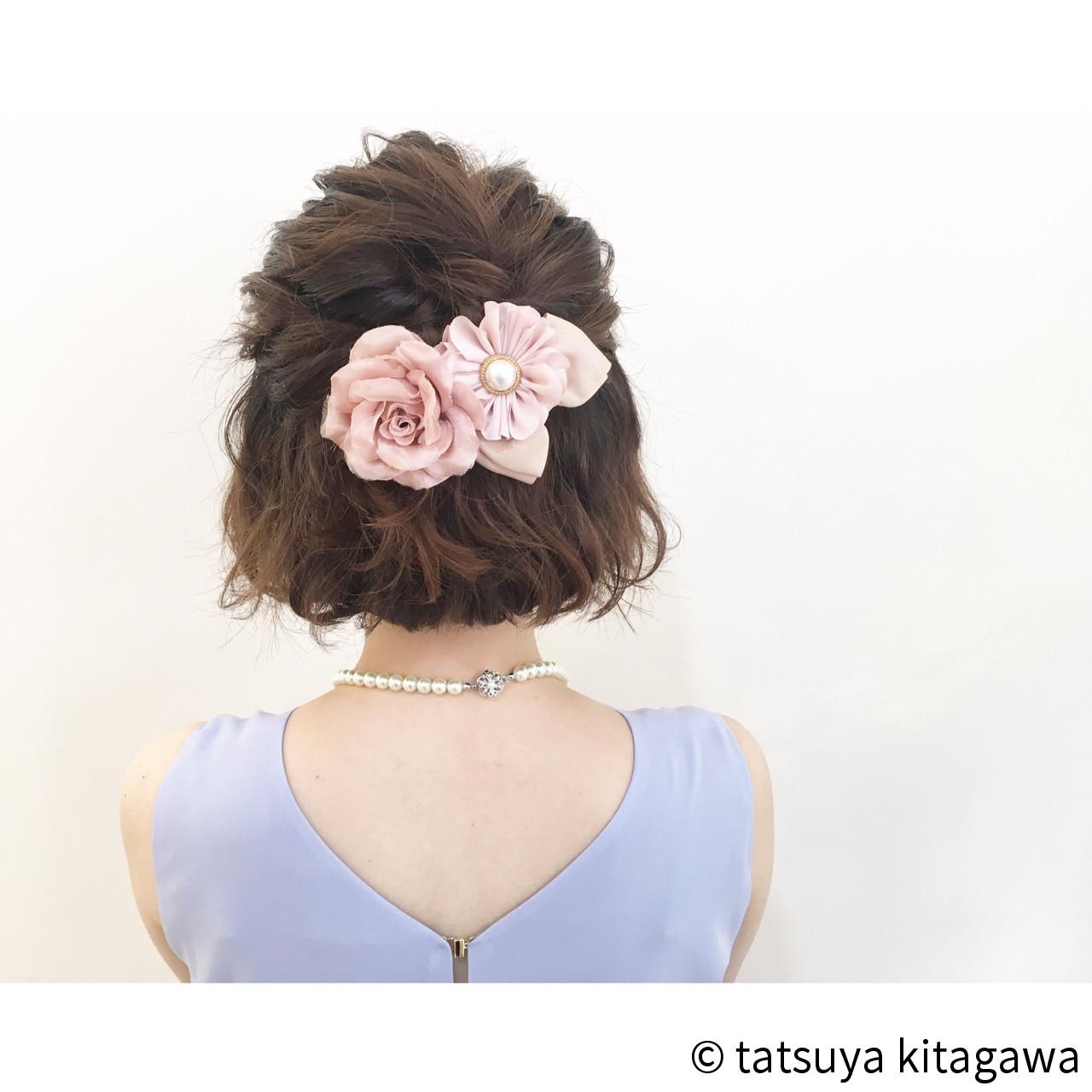 簡単ショートヘアアレンジはバリエ無限大♡短い髪でもデキる! tatsuya kitagawa/ COURARIR 京都駅前店①前髪のバランスを見てトップの髪の毛束を取ります②トップの毛束を盛り上げるようにまとめます③サイドの毛もまとめます。短い場合はねじってとめます④ヘアアクセをつけて仕上げます結婚式やパーティーにも似合う、ハーフアップのアレンジ。ただゴムで結ぶだけではなく、トップにボリュームを出してゴージャスに。逆毛やスキ毛でボリュームアップも可能なのでチャレンジしてみてくださいね。