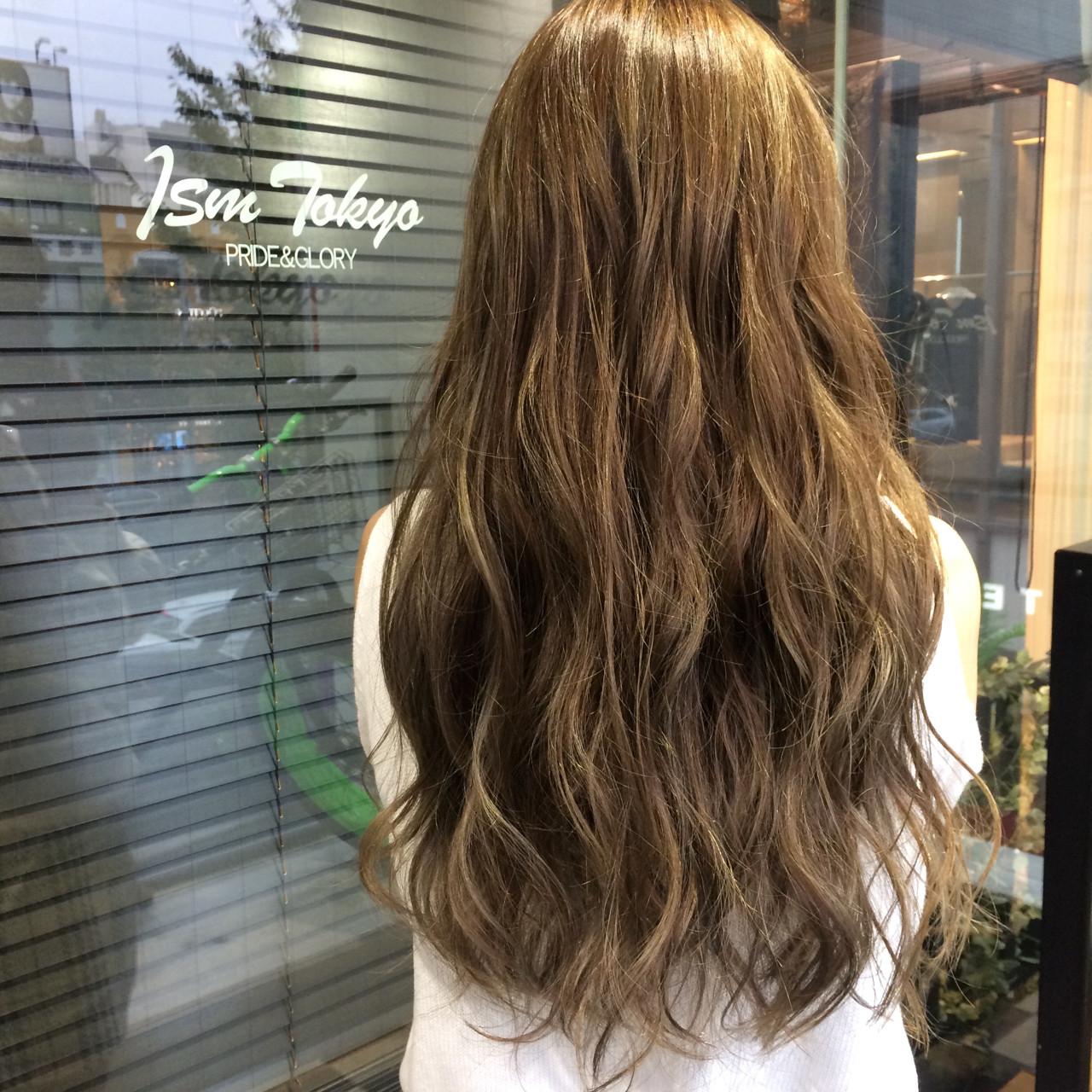 巻き髪 アッシュベージュ ロング 透明感 ヘアスタイルや髪型の写真・画像 | 青野拓美 / ISM 南青山店