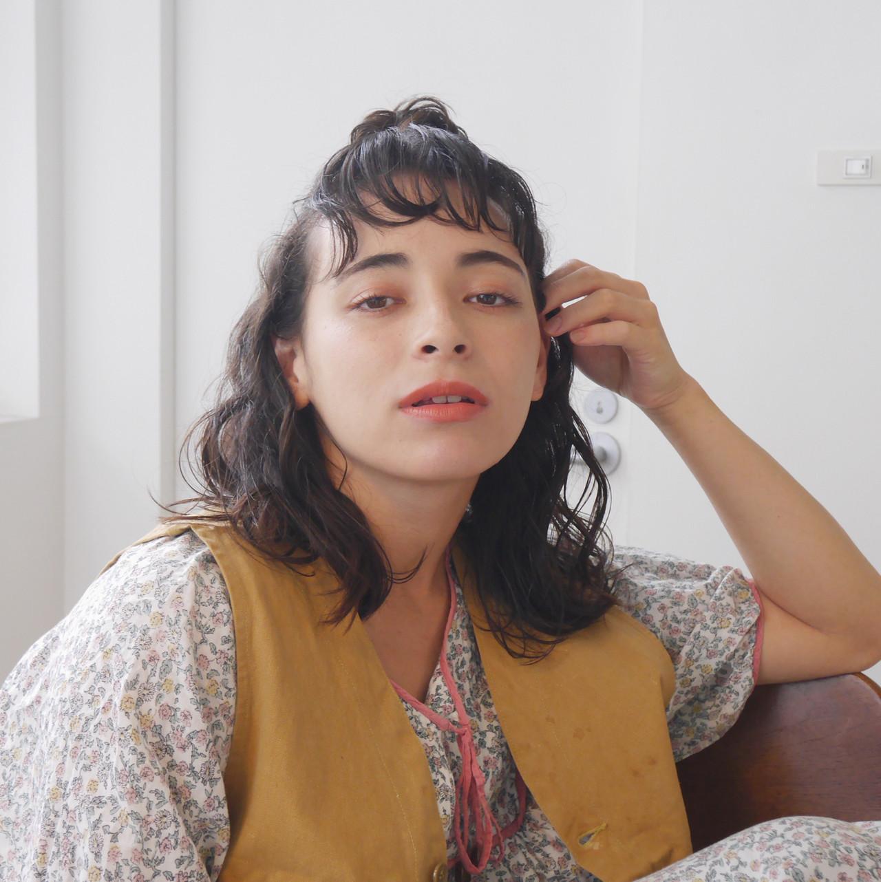 お団子アレンジ ナチュラル パーマ くせ毛風 ヘアスタイルや髪型の写真・画像