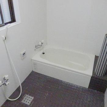 タイル張りですが、追い炊き付のバスルーム