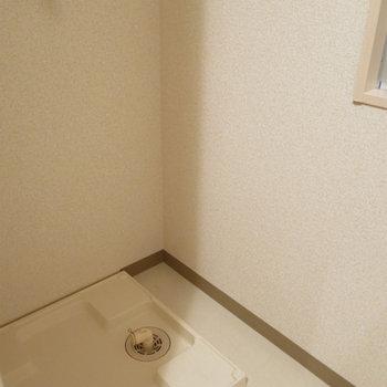 洗濯機置き場、室内はありがたい※写真は別部屋