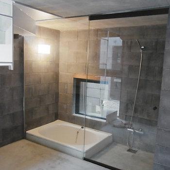 お風呂のまぁるいフォルムがまたいいね。浴槽周りは修復するのでご安心ください。