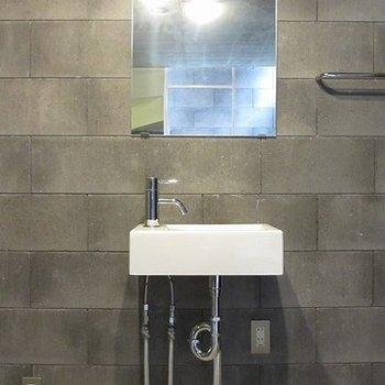 1階にある独立洗面台。このコンパクトさがかわいい。