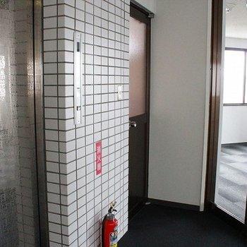 エレベーター横にトイレ、そのすぐ真向いが部屋