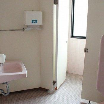 部屋の中にはありませんが同じフロア内にトイレが