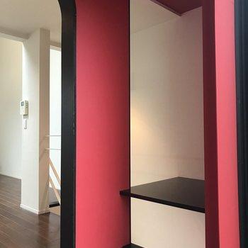 キッチンの奥の部屋は赤い壁!