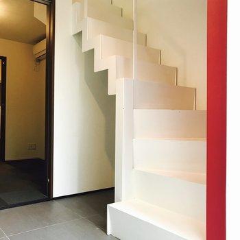 玄関を入るとすぐ階段が。