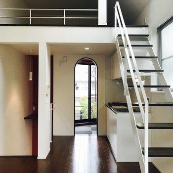 階段を上がると8.7帖のリビングが。