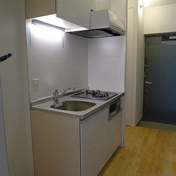 2口ガスコンロのシステムキッチン。※写真は302号室