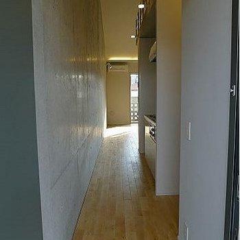 玄関からお部屋を見るとこんな感じ。※写真は302号室