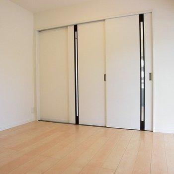 扉の先には洋室5帖。※写真は前回募集時のものです