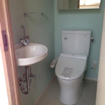 爽やかなカラーのトイレ※写真は前回募集時のものです