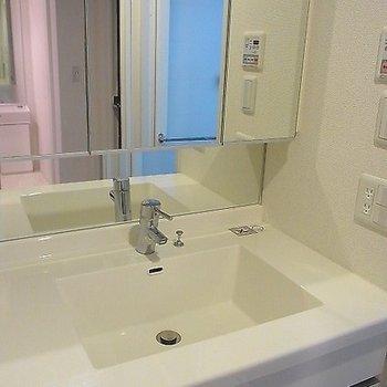 おおきな鏡の嬉しい洗面台