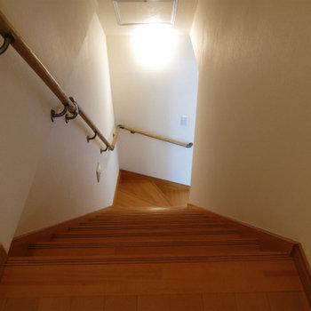 階段。築古物件の名残は見えません。
