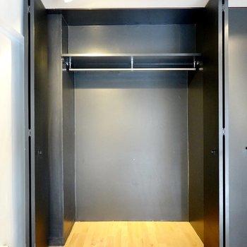 黒い扉の中はクローゼット。身長173cmの私もスッポリ入れました。