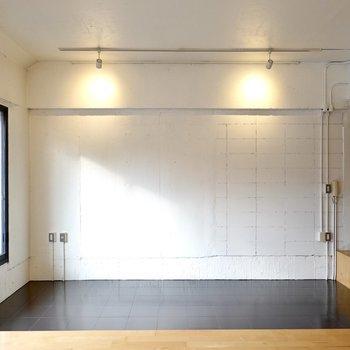 その前には白塗りの壁。プロジェクターで映画を投影しても、収納にしても映えますよ◎