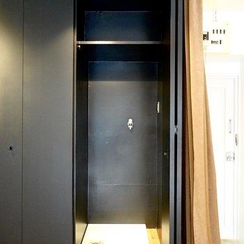 洗濯機置き場はクローゼットの隣の扉の中に。生活感もスッキリと隠せます。