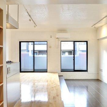 お部屋に入ると正面に窓が2つ。天気が良い日は自然光だけで過ごそう。