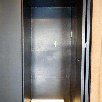 玄関横に洗濯置き場。収納棚にカモフラージュしてて良い