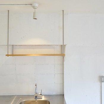 吊り下げ棚の上にはオシャレな食器を並べて。