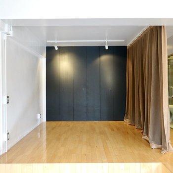 カーテンで仕切れば半個室に。ベッドルームにも仕事部屋にもなります。