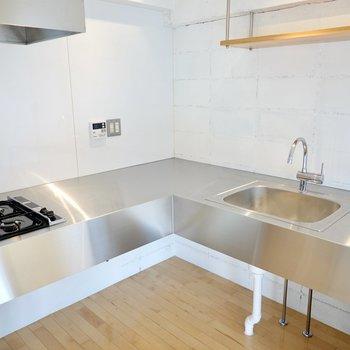 使いやすいL字型で作業スペースも多いので、手の込んだ料理だって手際良く調理できますよ。