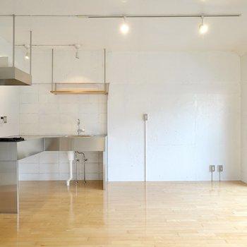 反対側にはキッチンとダイニングとして使えそうなスペース。仕切られていないのが素敵です。