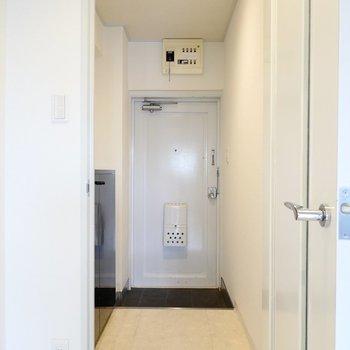 玄関は白基調で明るく開放的な雰囲気。