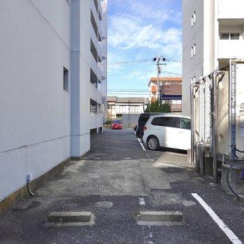 裏手には駐車場があり……